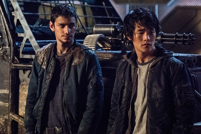 "The 100 -- ""Perverse Instantiation - Part One"" -- Image: HU315b_0109 -- Pictured (L-R): Devon Bostick as Jasper and Chris Larkin as Monty -- Photo: Dean Buscher/The CW -- © 2016 The CW Network, LLC. All Rights Reserved"
